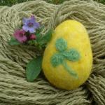 Plstěné velikonoční vajíčko žluté, trojlístek