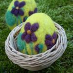 Plstěné velikonnoční vajíčko fialky